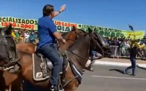 Jair Bolsonaro a cavalo
