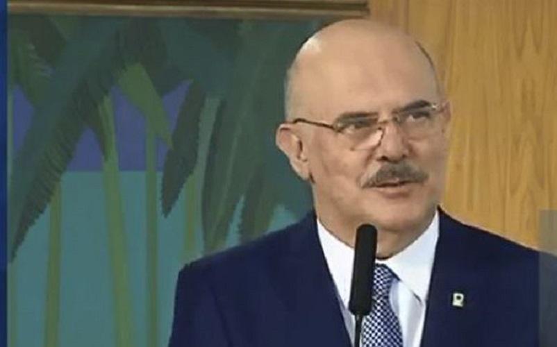 Ministro faz apelo no rádio e TV para a volta das aulas presenciais