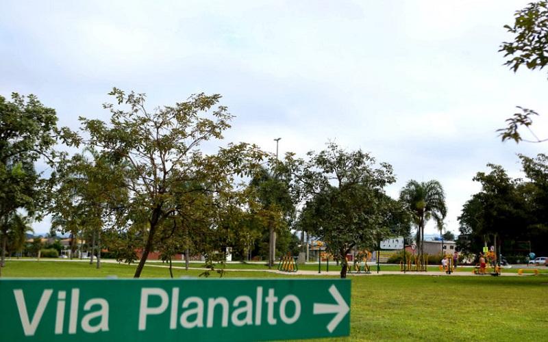 Vila Planalto abre programação com exibição de filmes em praça pública