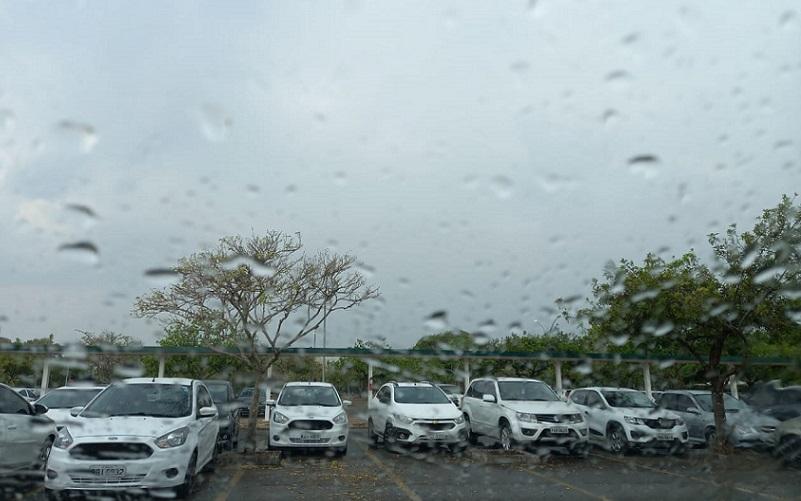 Chove fraco na capital federal depois de mais de três meses de seca