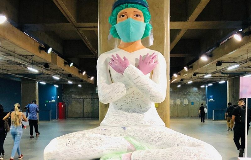 Estátua enfermeira estação de metrô DF