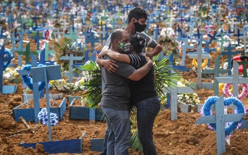 Abraço no cemitério Covid-19
