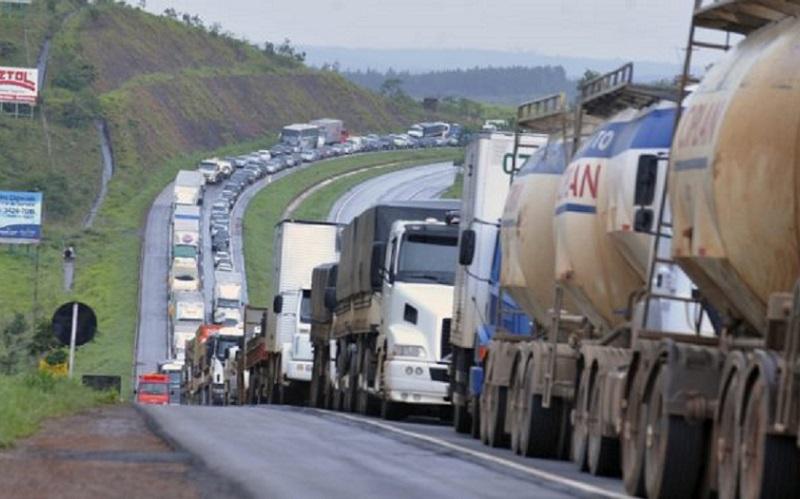 """Petrobras estaria """"segurando"""" os preços dos combustíveis"""