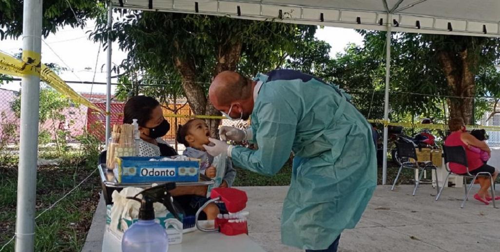 Moradores também são orientados durante a vacinação contra a gripe na UBS 5 de Santa Marina/Divulgação/SES