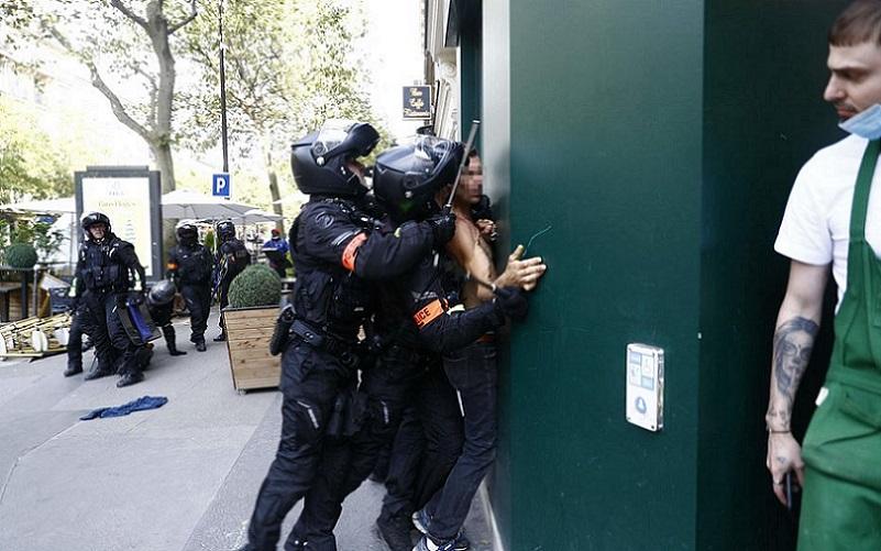 Regras de restrições provocam protestos e prisões em Paris