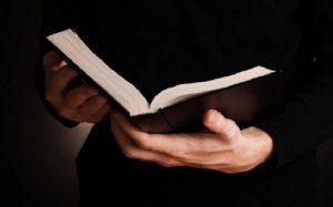 Bíblia mãos