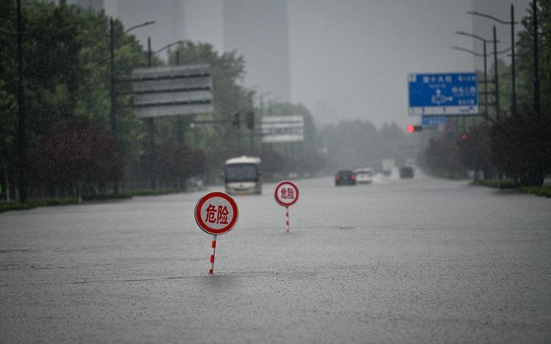 Chuvas provocam mortes e a evacuação de milhares de pessoas