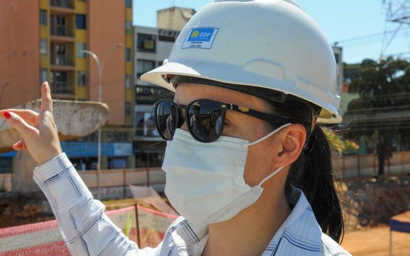 Aline Pires é engenheira civil da Secretaria de Obras e vai fiscalizar a demolição do Viaduto da Samdu, em Taguatinga/Paulo H. Carvalho/Agência Brasília