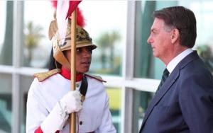 Bolsonaro e soldado rampa Palácio do Planalto