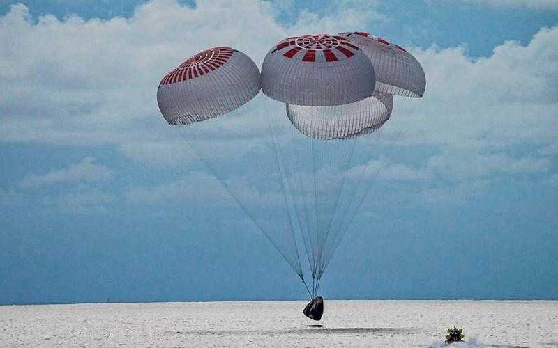 Cápsula com primeira tripulação só de civis retorna à Terra