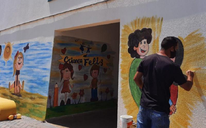 Grafiteiro deixa prédios públicos mais coloridos no Recanto das Emas