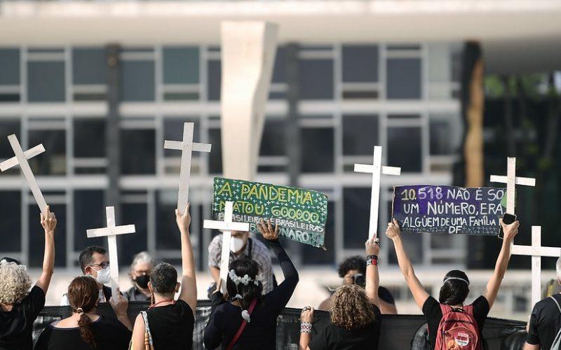 Manifestantes levantam cruzes em memória a mais de 600 mil mortes associadas à Covid-19 na frente do Palácio do Planalto/Pedro França/Agência Senado